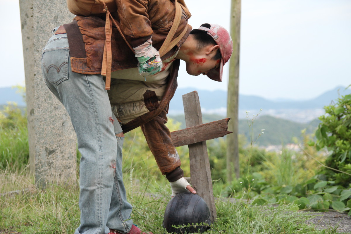 この墓もタカハシ君の家の木材で制作 タカハシ家はなんでもあるのだ!