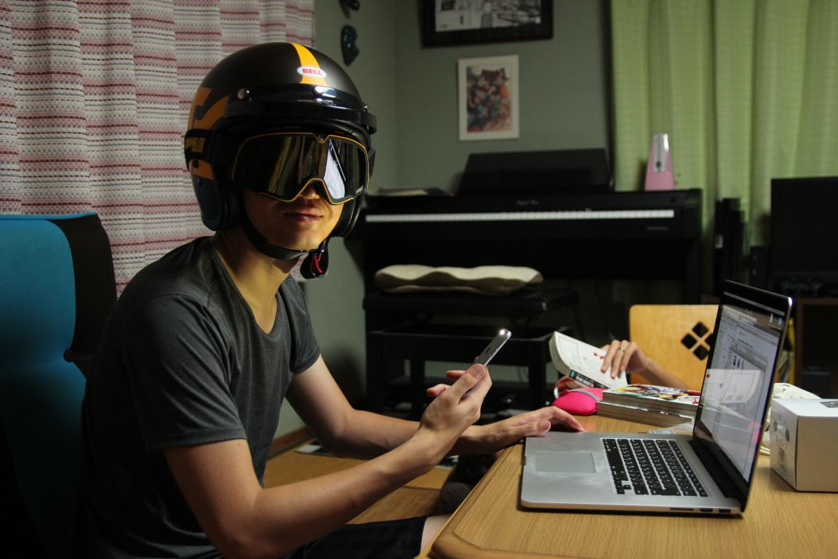 ドゥカティ スクランブラーヘルメットを被るナカモト